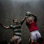 Foto eines Einwurfs. Zwei Spieler werden in die Luft gehoben und versuchen den Ball zu fangen.